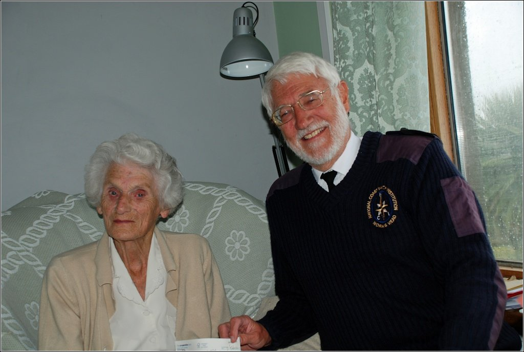 Elvira Hinton presents the cheque to Station Manager Geoff Leamon