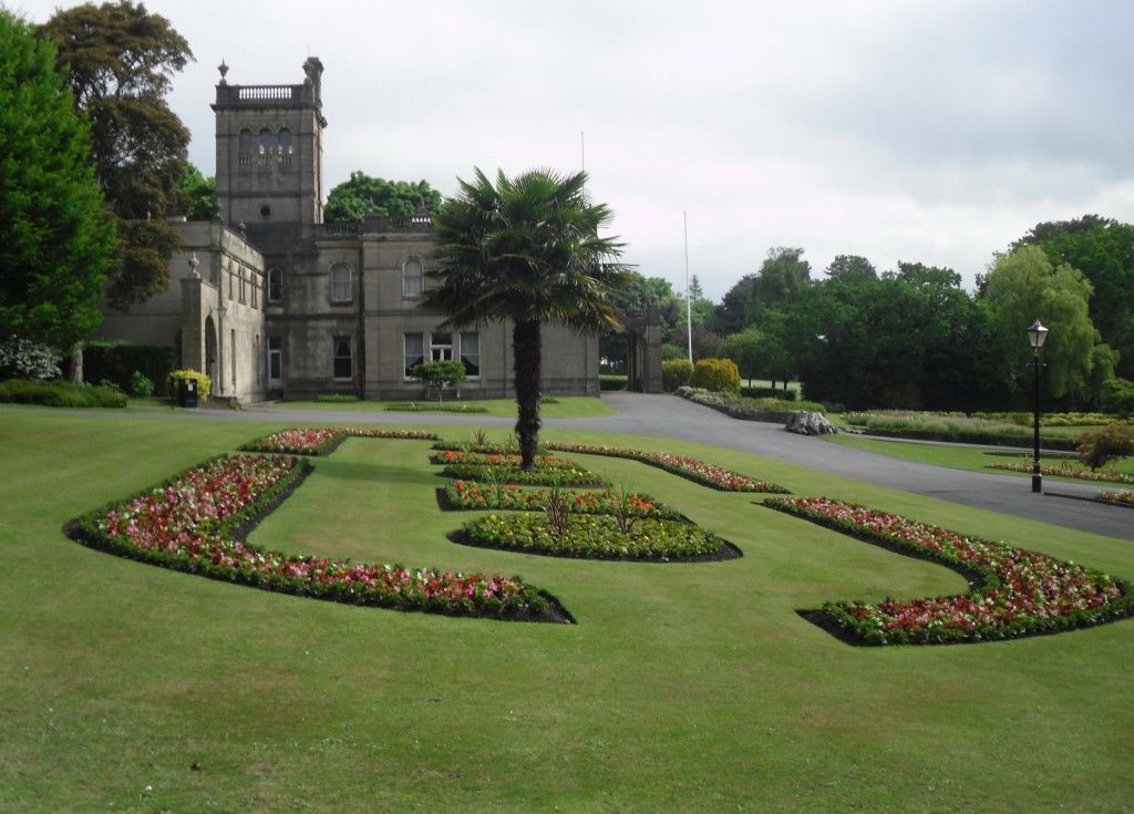 Parc Howard Mansion House and flowerbed